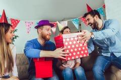 Grupo joven de amigos felices que celebran cumpleaños imágenes de archivo libres de regalías