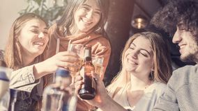 Grupo joven en un restaurante Imágenes de archivo libres de regalías