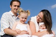 Grupo joven feliz de la familia Foto de archivo libre de regalías
