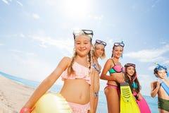 Grupo lindo de niños que se divierten en la playa Foto de archivo libre de regalías