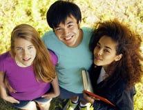 Grupo lindo de teenages en el edificio de Fotos de archivo libres de regalías
