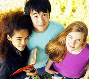 Grupo lindo de teenages en el edificio de la universidad con los huggings de los libros, naciones de la diversidad Fotografía de archivo libre de regalías