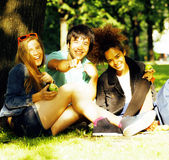Grupo lindo de teenages en el edificio de la universidad con los libros Imagen de archivo libre de regalías