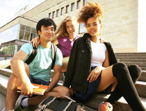 Grupo lindo de teenages en el edificio de la universidad con los libros Imágenes de archivo libres de regalías