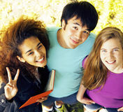 Grupo lindo de teenages en el edificio de la universidad con los libros Fotografía de archivo libre de regalías