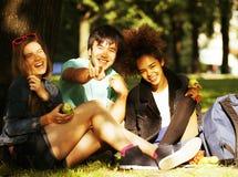 Grupo lindo de teenages en el edificio de la universidad con los libros Fotografía de archivo