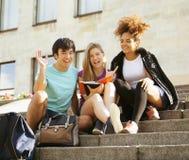 Grupo lindo de teenages en la universidad del edificio Foto de archivo