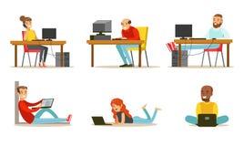 Grupo liso do vetor de povos dos desenhos animados com portáteis e computadores Homens e mulheres que trabalham no Internet, joga ilustração do vetor