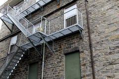 Grupo longo de escadas do metal fora da construção Imagens de Stock Royalty Free