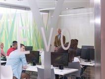 Grupo mayor del profesor y de estudiantes en sala de clase del laboratorio del ordenador Imagen de archivo libre de regalías