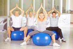 Grupo mayor que hace la clase de la yoga Fotografía de archivo libre de regalías