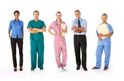 Grupo mezclado de profesionales médicos fotos de archivo