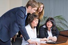 Grupo mezclado en la reunión de negocios fotos de archivo