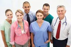 Grupo misturado de profissionais médicos imagens de stock royalty free