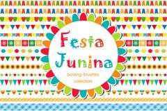 Grupo modelado Junina de escovas, estamenha de Festa, bandeiras Decorações festivas, beira isolada no fundo branco Vetor Fotografia de Stock