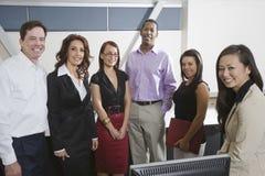 Grupo multiétnico de empresarios fotos de archivo