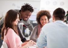 Grupo multiétnico de estudiantes universitarios que estudian junto fotografía de archivo libre de regalías