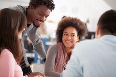 Grupo multiétnico de estudiantes universitarios que estudian junto Foto de archivo libre de regalías