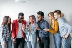 Grupo multiétnico de gente joven en ropa de sport aislada sobre fondo gris Imagen de archivo libre de regalías