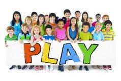 Grupo multiétnico de niños con concepto del juego Imagen de archivo
