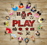 Grupo multiétnico de niños con concepto del juego Imagenes de archivo