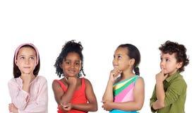 Grupo multiétnico de pensamiento de los niños fotografía de archivo libre de regalías