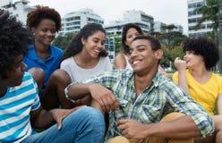 Grupo multiétnico de risa de adultos jovenes al aire libre en la ciudad Imágenes de archivo libres de regalías