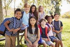 grupo Multi-étnico de alunos na viagem de escola, fim acima fotografia de stock