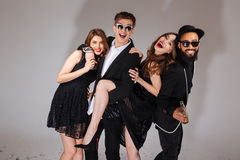 Grupo multi-étnico de amigos novos alegres que abraçam e que têm o divertimento Fotos de Stock Royalty Free