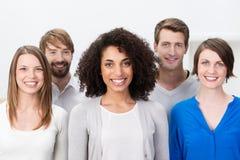Grupo multi-étnico de amigos novos felizes fotografia de stock royalty free