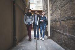 grupo Multi-étnico de amigos que têm o divertimento em Paris, latim de Quartier Fotos de Stock Royalty Free