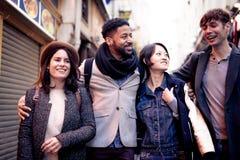 grupo Multi-étnico de amigos que têm o divertimento em Paris, latim de Quartier Imagens de Stock Royalty Free