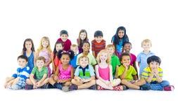 grupo Multi-étnico de assento das crianças imagem de stock royalty free