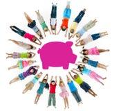 Grupo Multi-étnico de crianças e de conceito das economias Foto de Stock