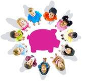 Grupo Multi-étnico de crianças e de conceitos das economias foto de stock