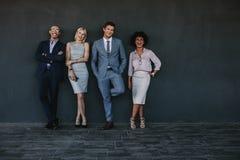 grupo Multi-étnico de executivos de riso imagens de stock royalty free