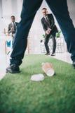 grupo multi-étnico de homens de negócios que jogam o mini golfe foto de stock royalty free