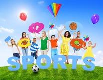 Grupo Multi-étnico de povos misturados da idade e de conceito dos esportes foto de stock