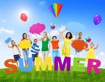 Grupo Multi-étnico de povos misturados da idade e de conceitos do verão fotos de stock royalty free