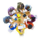 Grupo Multi-étnico que trabalha junto Fotografia de Stock
