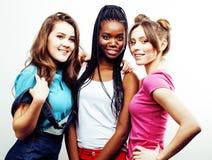 Grupo multi diverso de las muchachas de la nación, compañía adolescente de los amigos alegre divirtiéndose, sonrisa feliz, presen Fotografía de archivo libre de regalías