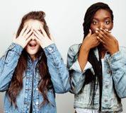Grupo multi diverso de las muchachas de la nación, compañía adolescente de los amigos alegre divirtiéndose, sonrisa feliz, presen Imagenes de archivo