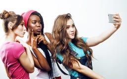 Grupo multi diverso de las muchachas de la nación, compañía adolescente de los amigos alegre divirtiéndose, sonrisa feliz, presen Fotografía de archivo