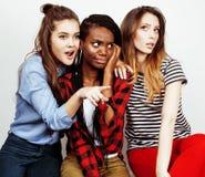 Grupo multi diverso de las muchachas de la nación, compañía adolescente de los amigos alegre divirtiéndose, sonrisa feliz, presen Fotos de archivo