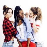 Grupo multi diverso de las muchachas de la nación, compañía adolescente de los amigos alegre divirtiéndose, sonrisa feliz, presen Foto de archivo libre de regalías