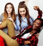 Grupo multi diverso de las muchachas de la nación, compañía adolescente de los amigos alegre divirtiéndose, sonrisa feliz, presen Imágenes de archivo libres de regalías