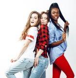 Grupo multi diverso de las muchachas de la nación, compañía adolescente de los amigos alegre divirtiéndose, sonrisa feliz, presen Foto de archivo