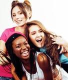 Grupo multi diverso de las muchachas de la nación, compañía adolescente de los amigos alegre divirtiéndose, sonrisa feliz, presen Imagen de archivo