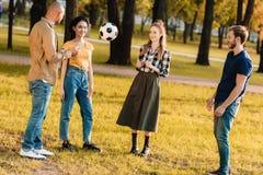grupo multicultural de amigos con el balón de fútbol imagen de archivo