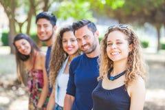 Grupo multicultural de amigos en el parque imagen de archivo